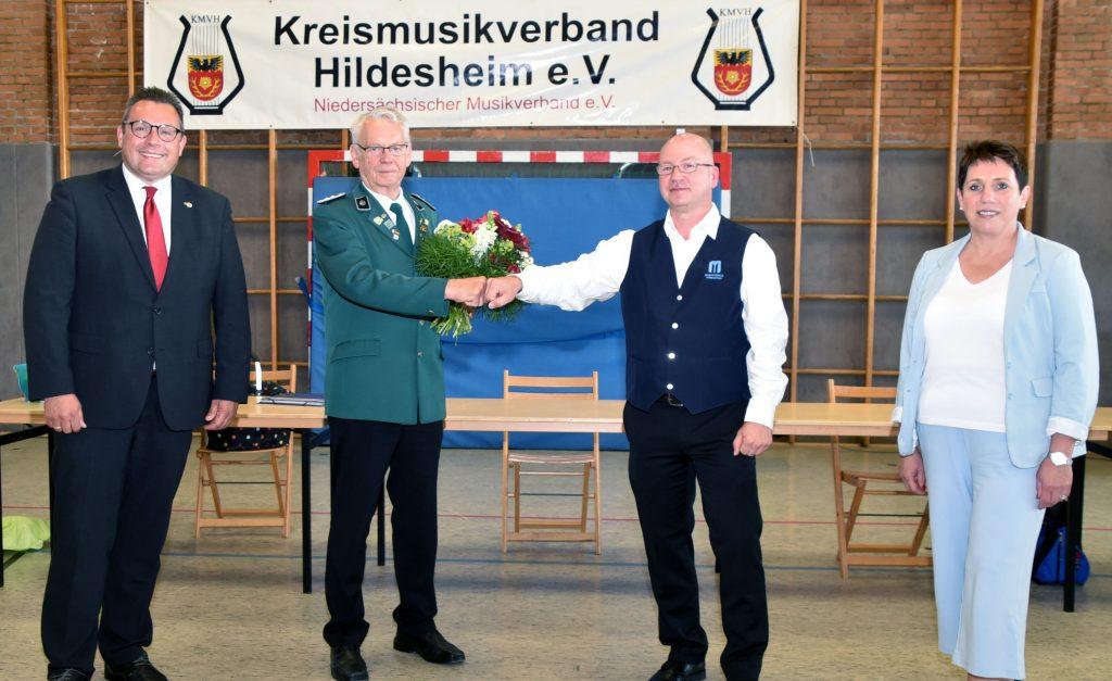 Alter und neuer Vorsitzender mit Ralf Drossner und Petra Midden (NMV)